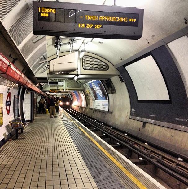 Esperando el metro en Londres